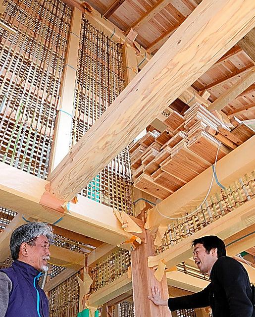 自伐型林業の材木をふんだんに使って建てている松田高政さん(右)の自宅=高知市(写真:朝日新聞)